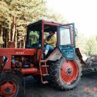 Bild Der Traktor mit Steinsammler wird über den Acker gelenkt.