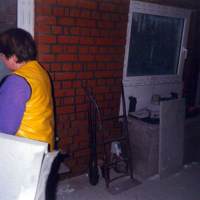 Bild Tür- u. Fensterrahmen werden verfugt.
