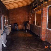 Bild Die Fläche für den Estrich vorbereiten, indem sie den Unterboden mit Folie auslegen.