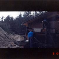 Bild ABM-Mitarbeiter beim Ausmauern der Dachschrägen